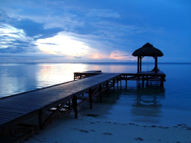 Nuit bleu pétrole sur une île