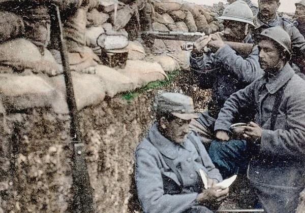 Cette-carte-postale-coloriee-1915-montre-soldat-francais-lisant-lettre-dans-tranchees-bataille-Bois-Pretre-Meurthe-Moselle_0_730_420