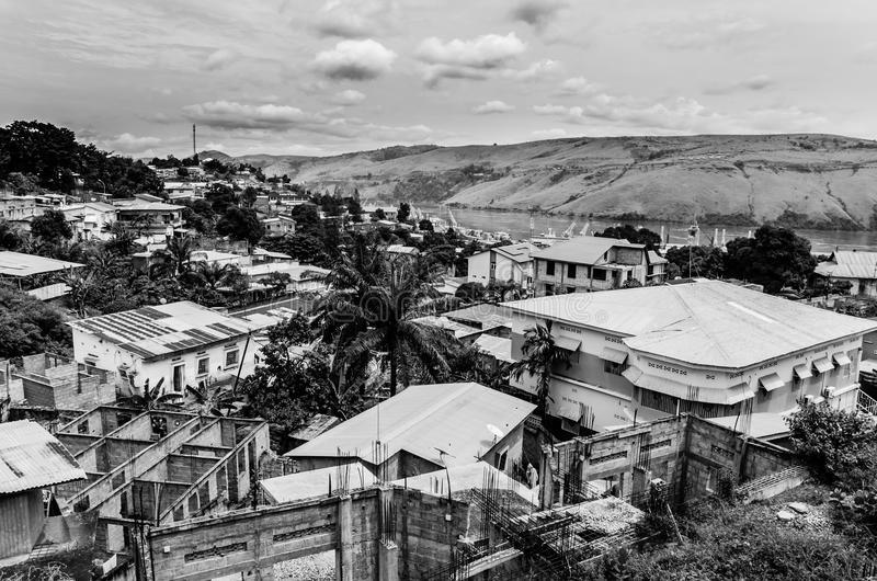la-ville-congolaise-matadi-chez-le-fleuve-congo-en-noir-et-blanc-80862401